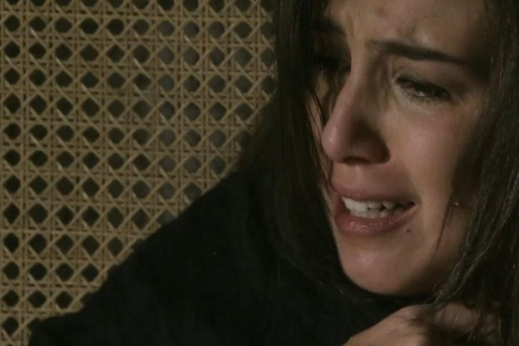 Cora chora após sofrer uma tentativa de estupro