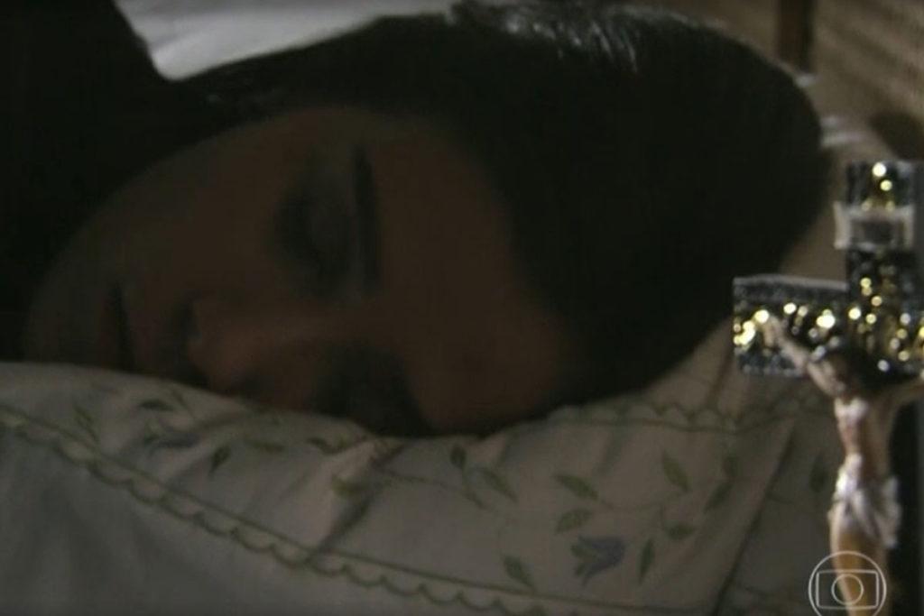 Cora está dormindo quando Reginaldo entra em seu quarto