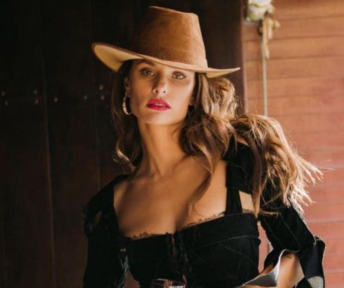 Dayane Melo posa de chapéu de caubói, cropped preto