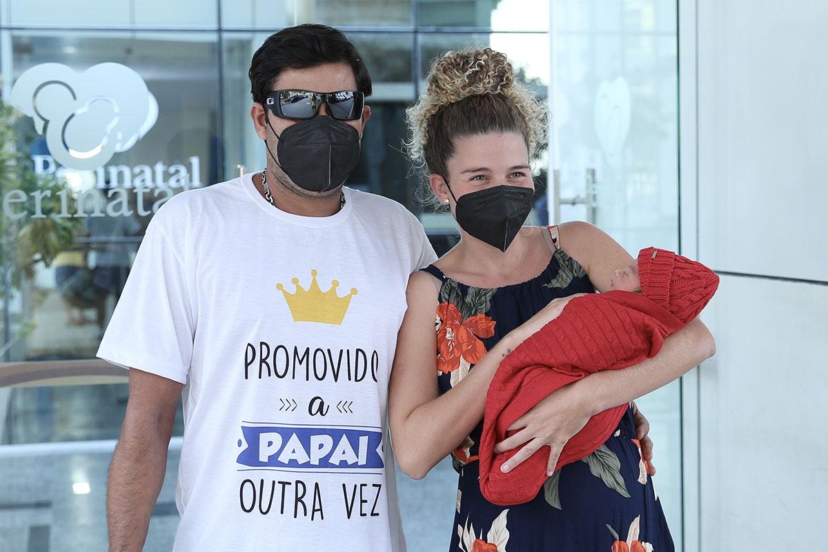 Debby Lagranha deixa a maternidade com o marido Leandro Franco e o filho Arthur
