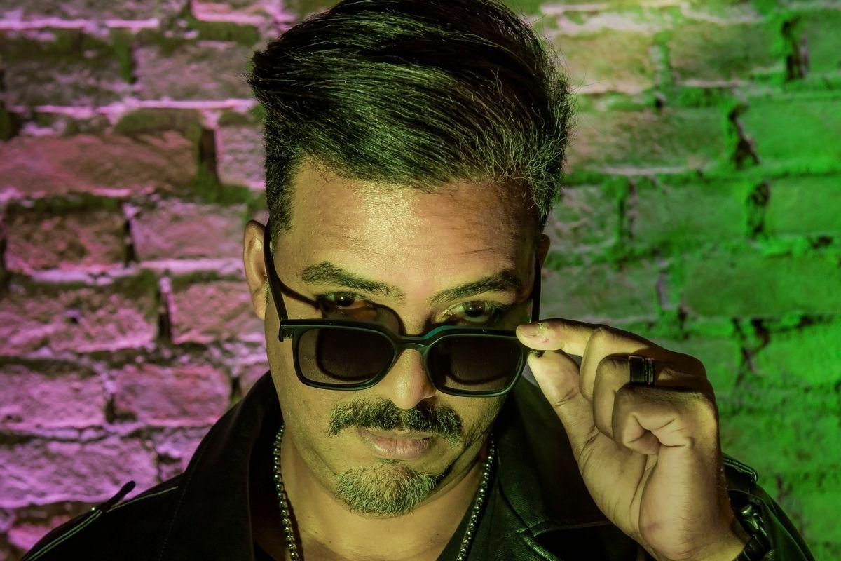 DJ Mystical de óculos escuros