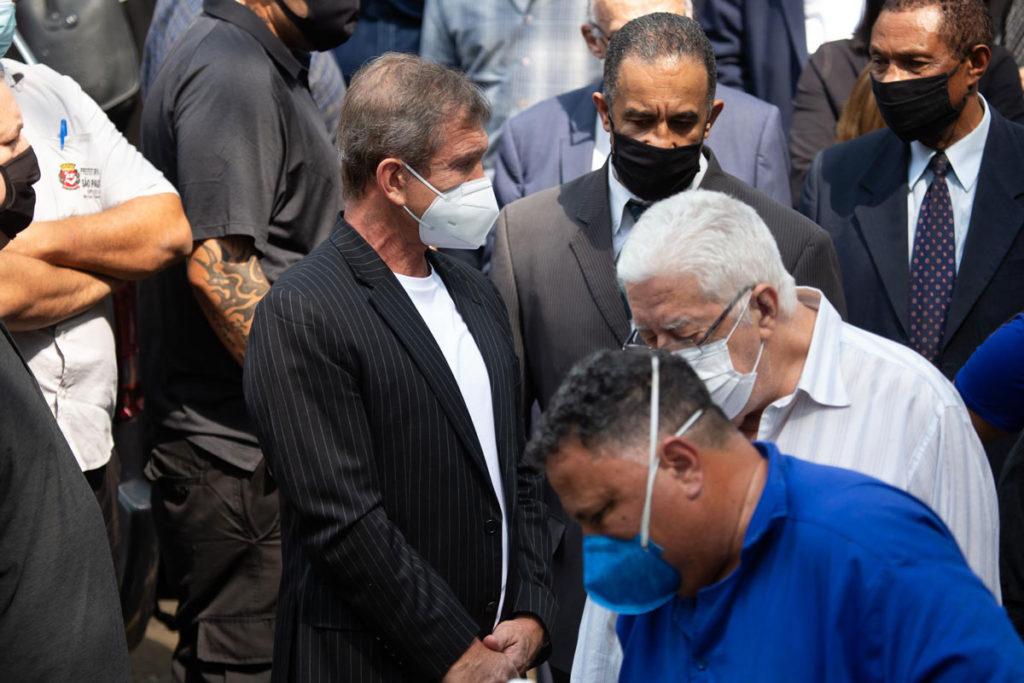Dody Sirena acompanha o sepultamento de Dudu Braga