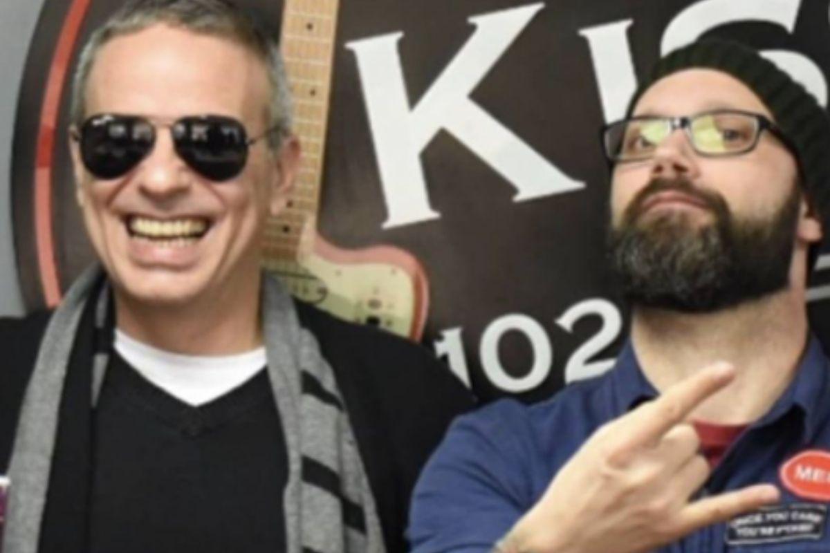 Dudu Braga de óculos escuros e Alex de barba
