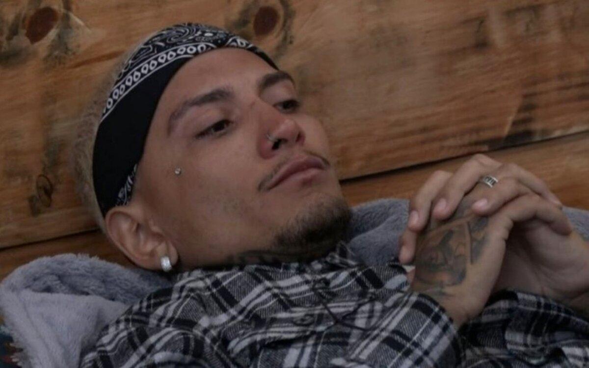 Dynho Alves chora na baia