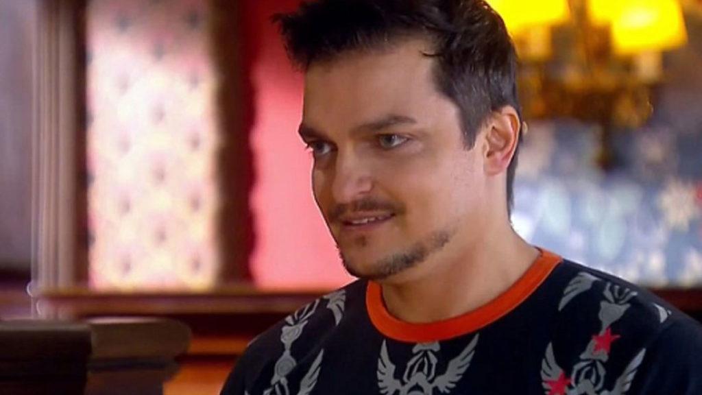 Edgard (Maurício Machado) vai até o orfanato