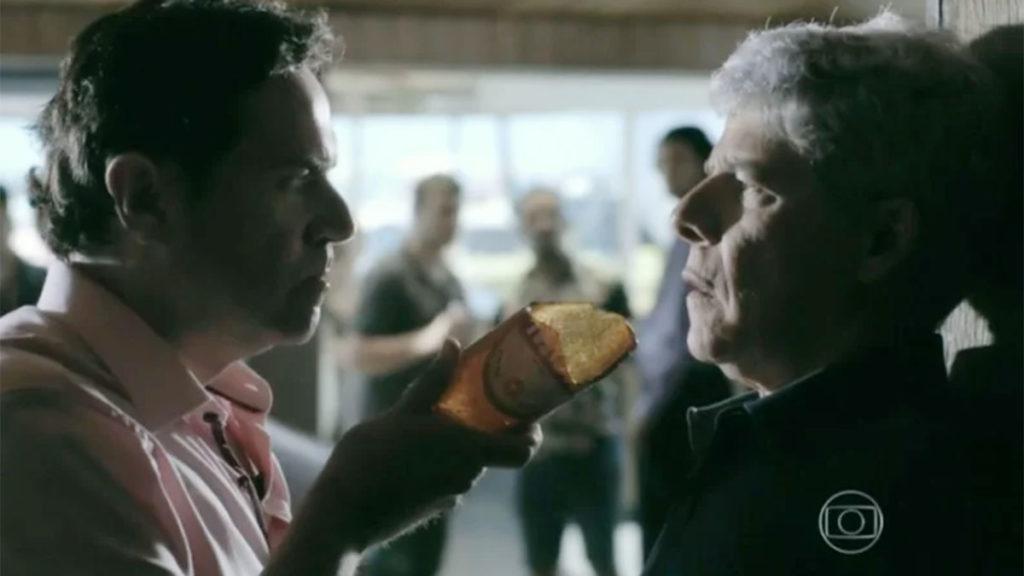 Felipe ameaça Cláudio com caco de vidro