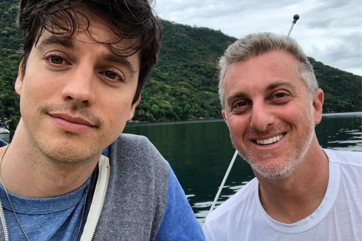 clique de fernando grostein e luciano huck juntos em passeio de barco