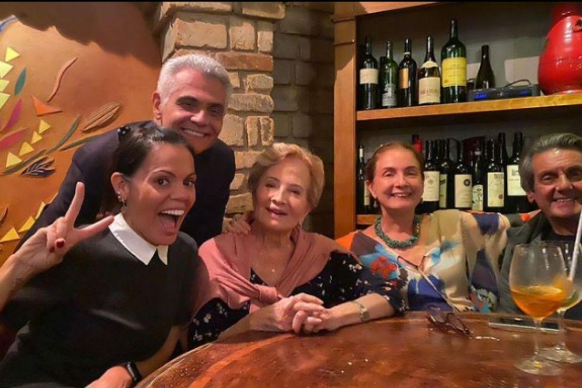 Glória Menezes com família e amigos