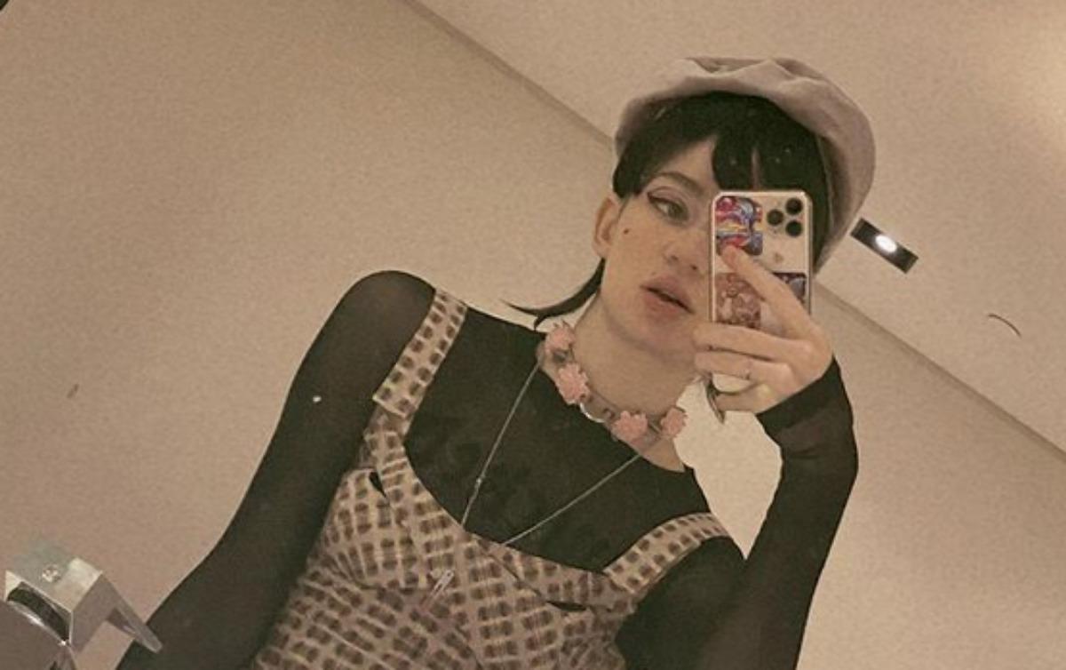 Grimes em selfie no espelho