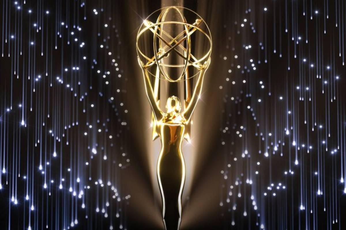 imagem do troféu do emmy 2021 com luzes estreladas ao fundo