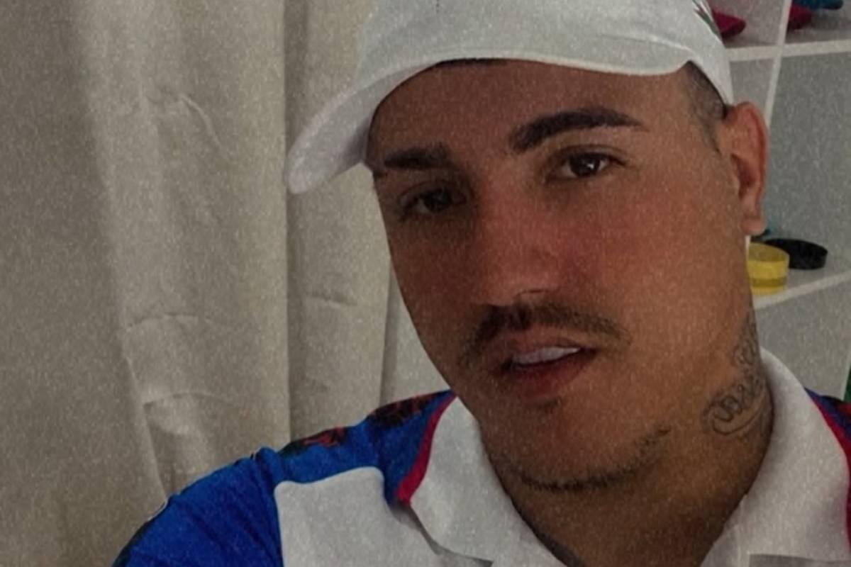 influenciador Illguinner Menezes, conhecido como biber, boquiaberto em seu quarto