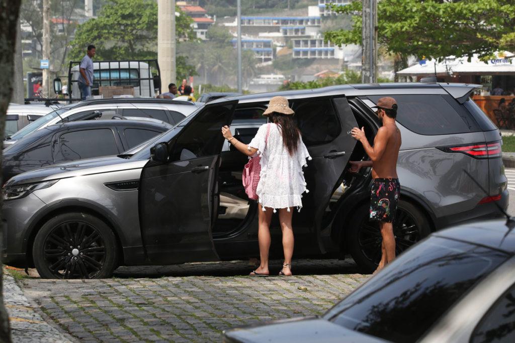 Isis Valverde deixando praia em carro luxuoso