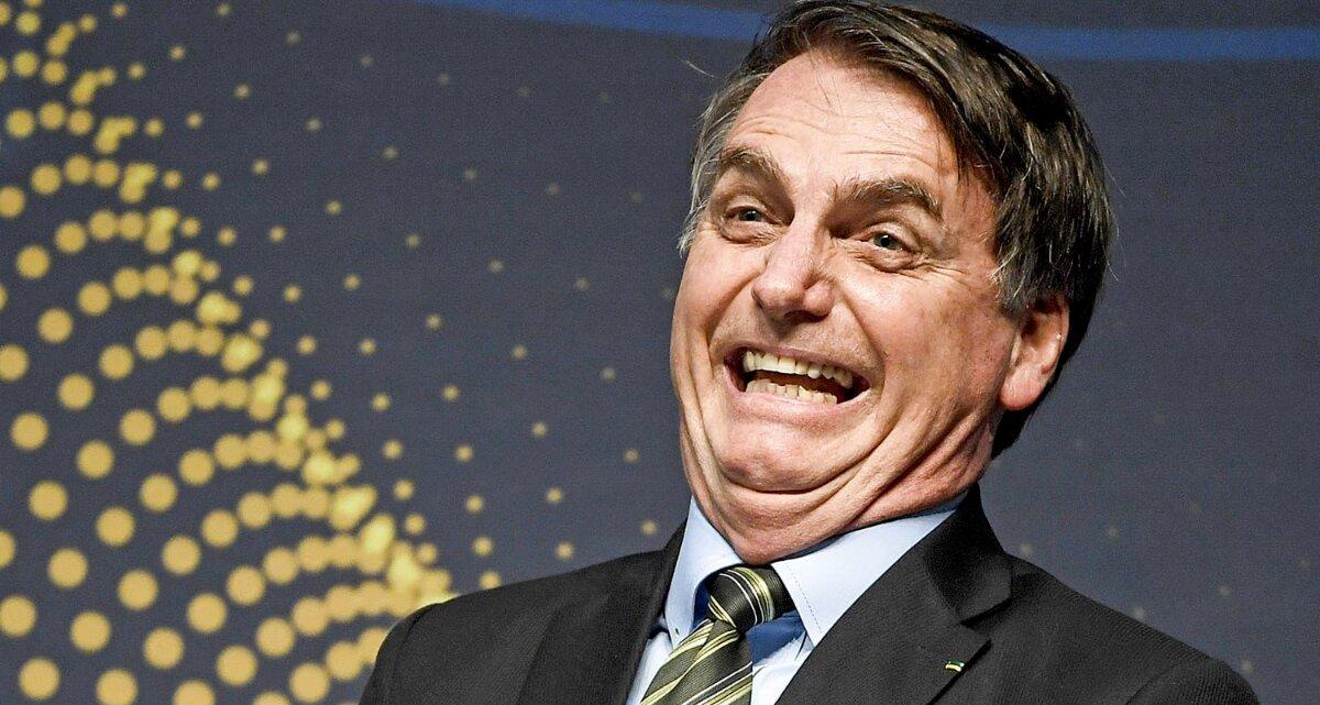 Bolsonaro rindo com expressão de bobo