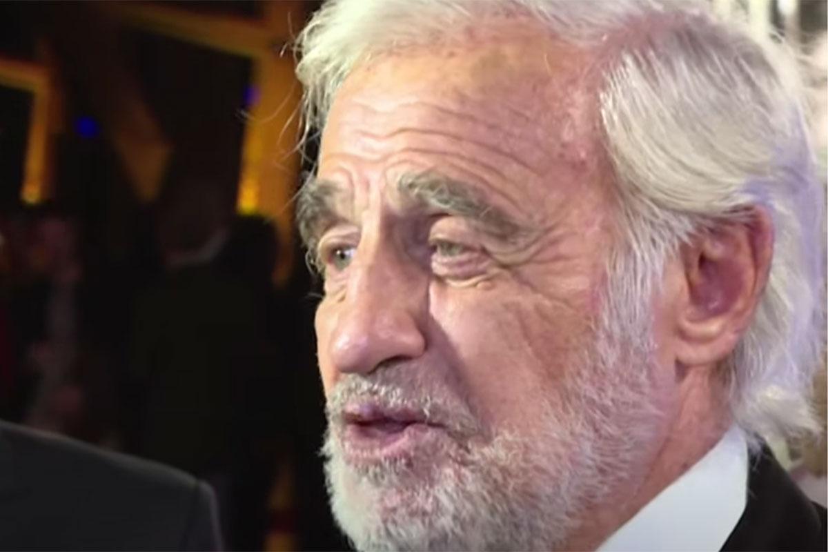 Jean-Paul Belmondo em uma entrevista, sorrindo