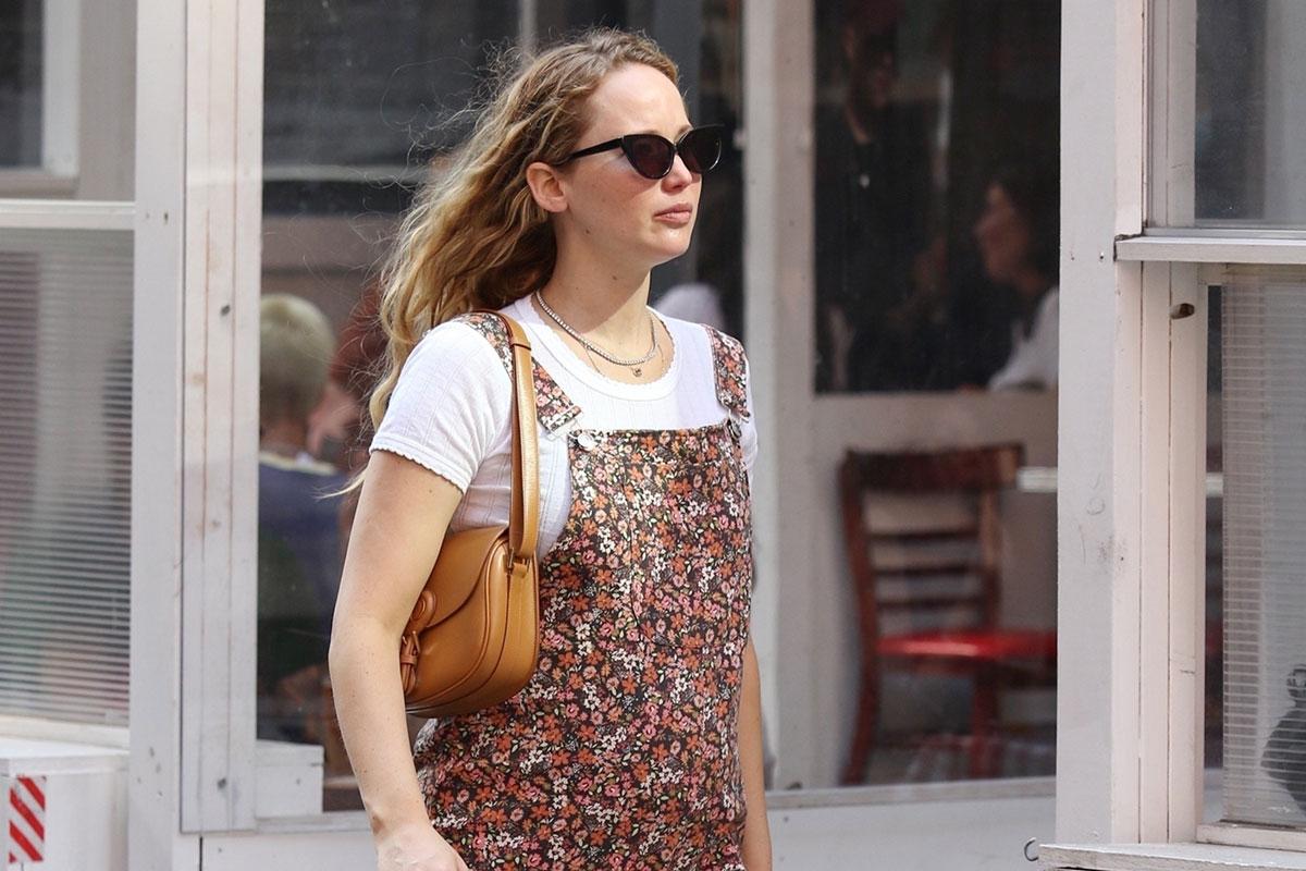Jennifer Lawrence exibe barriguinha da gravidez