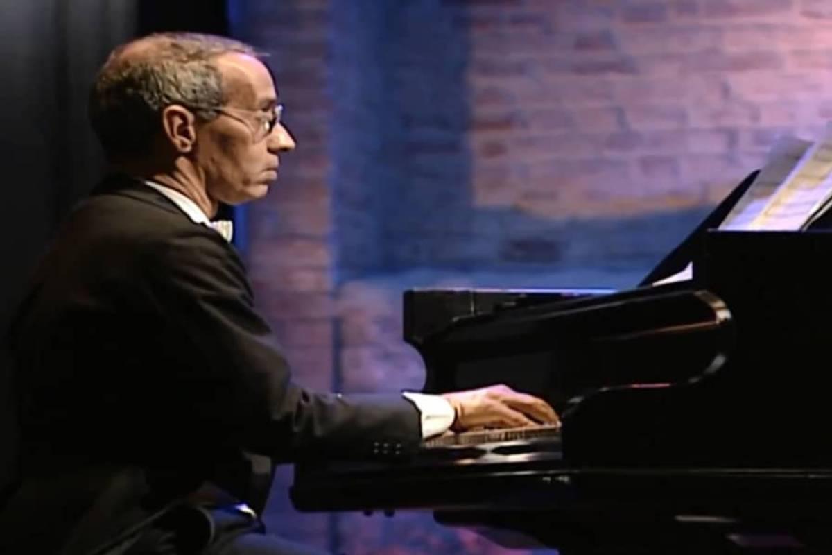 imagem de joão carlos de assis brasil tocando piano na novela por amor