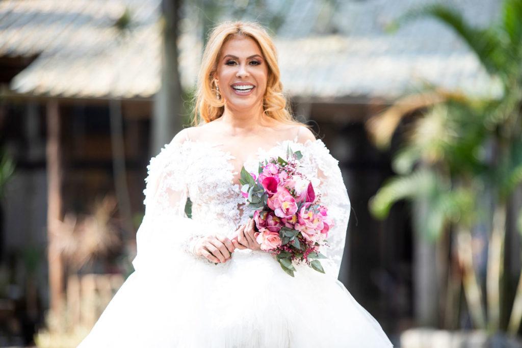 Joelma com vestido de noiva branco em videoclipe