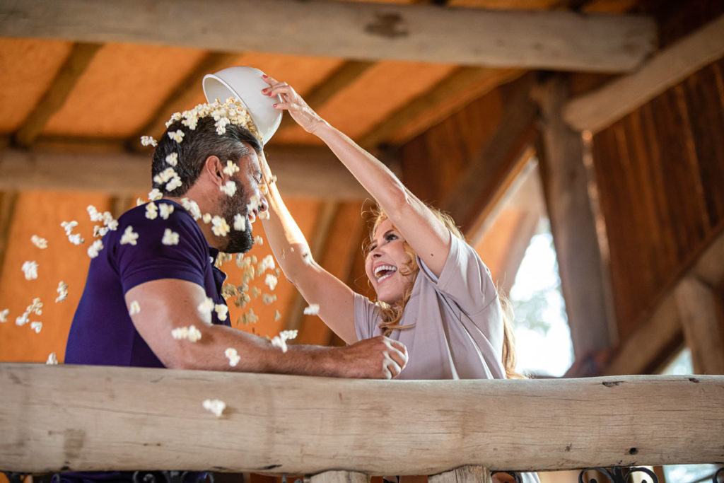 Joelma e Ewerton Martin em cena brincalhona