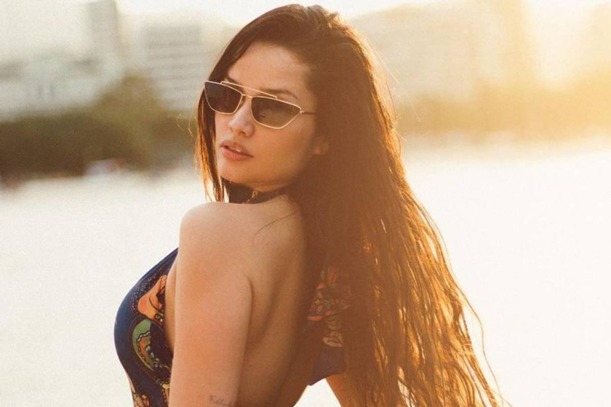 juliette posando durante o pôr do sol usando óculos escuros