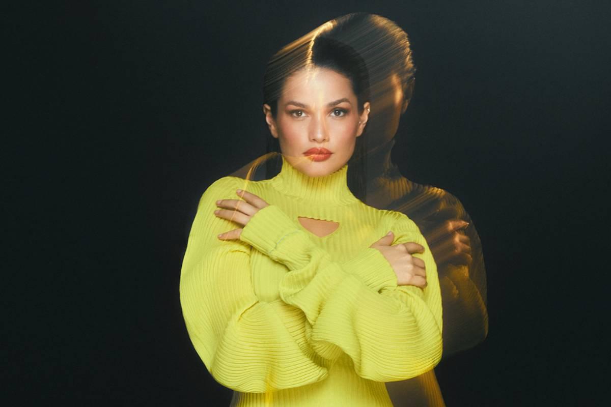 capa do ep de juliette com a cantora no centro de roupa amarela e um efeito prisma ao lado