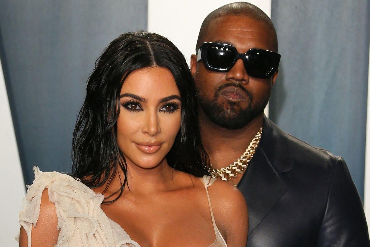 Kim Kardashian e Kanye West durante evento