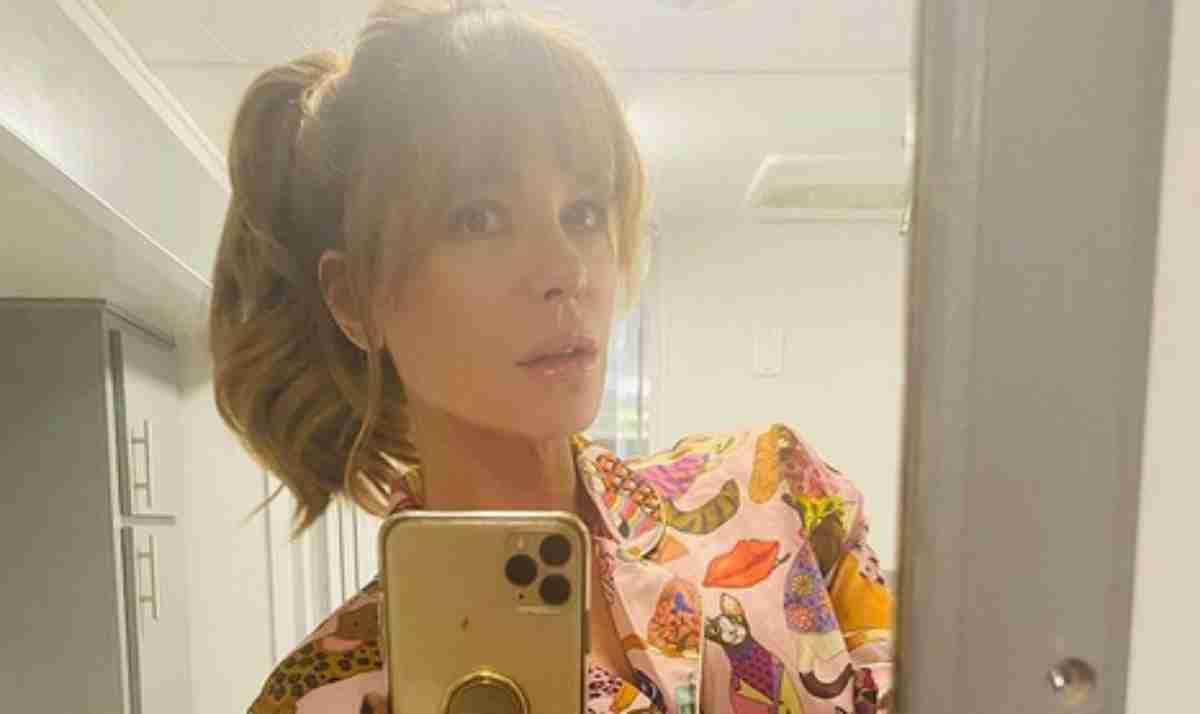 Kate Beckinsale fazendo selfie no espelho