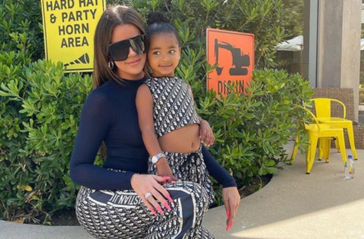 Khloe Kardashian com a filha True Thompson