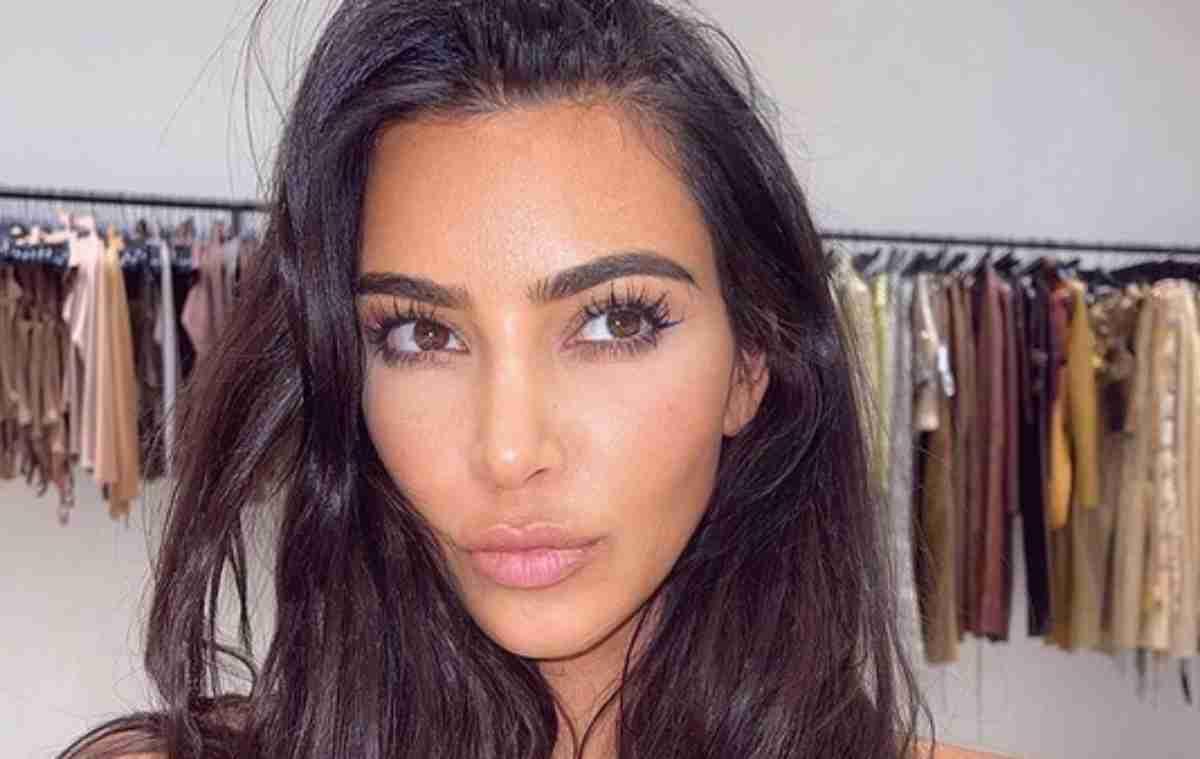 Kim Kardashian selfie, olhos expressivos