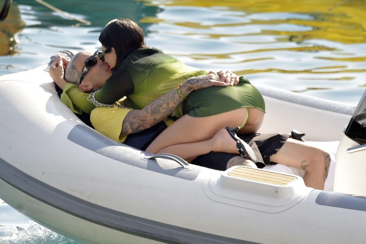Kourtney Kardashian em clima quente com Travis Barker