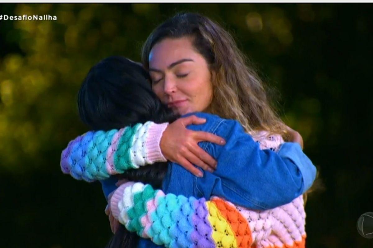 Laura Keller abraça Mirella