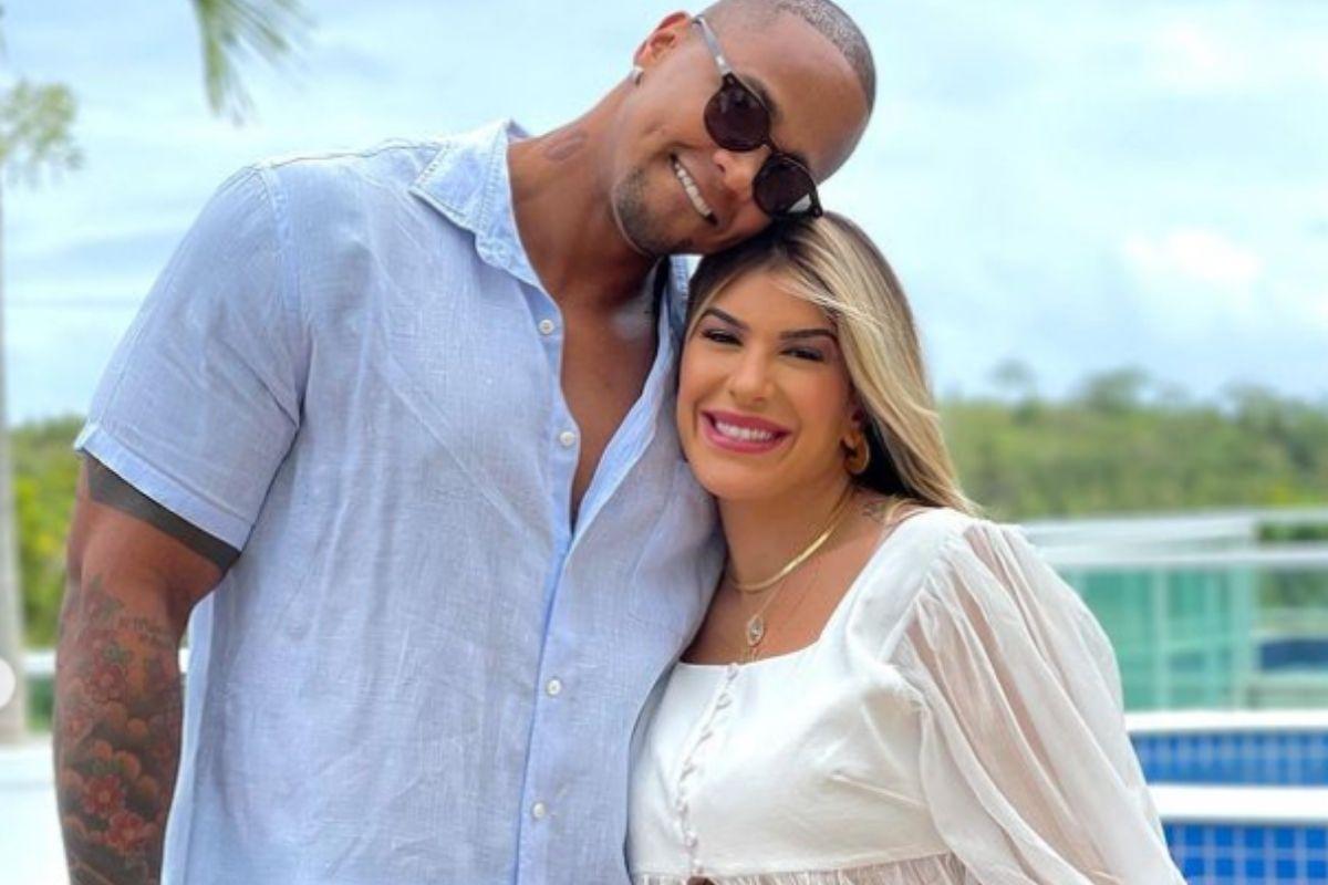 Leo Santana abraça Lorena Improta