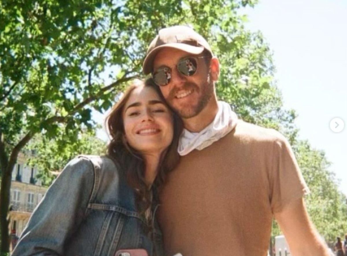 Lily Collins e Charlie McDowell em jardim de Paris