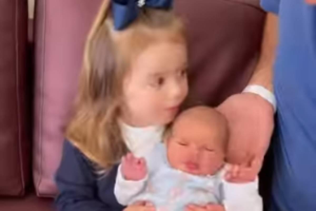 liz, filha de thaeme marioto e fabio elias, segurando a irmã ivy em seu colo