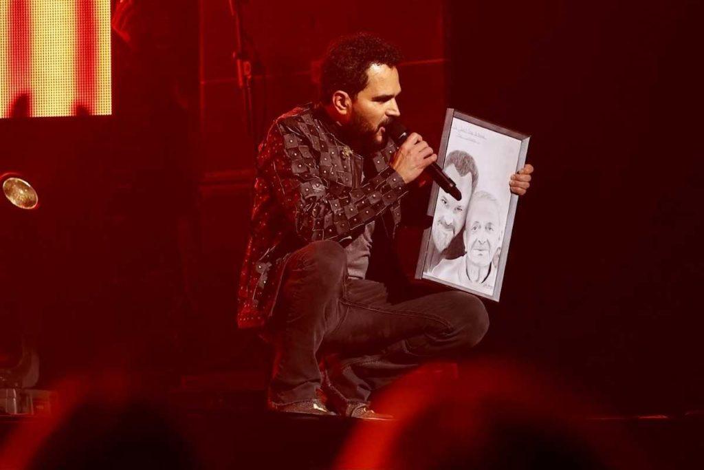luciano camargo mostrando quadro do pai em show para vacinados