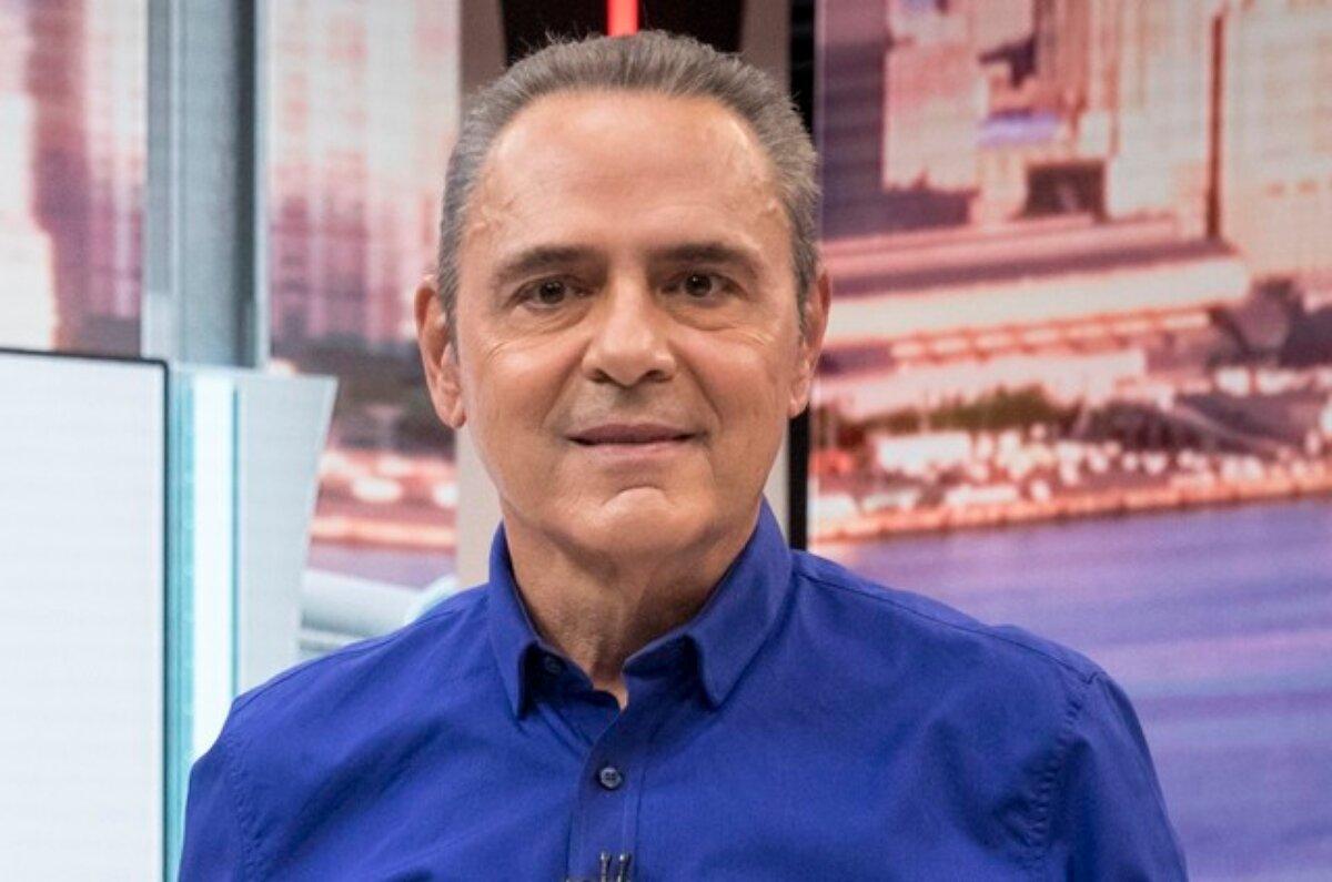 Narrador sportivo Luis Roberto, de camisa azul escura