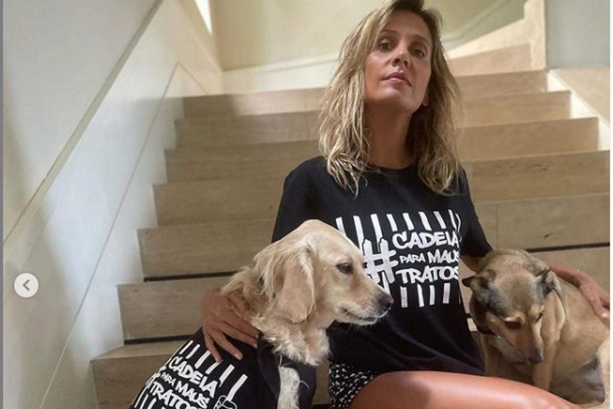 Luisa mell com cachorros