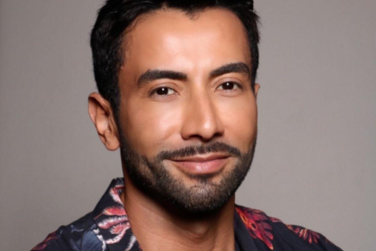 Luiz Carlos Araújo de camisa florida