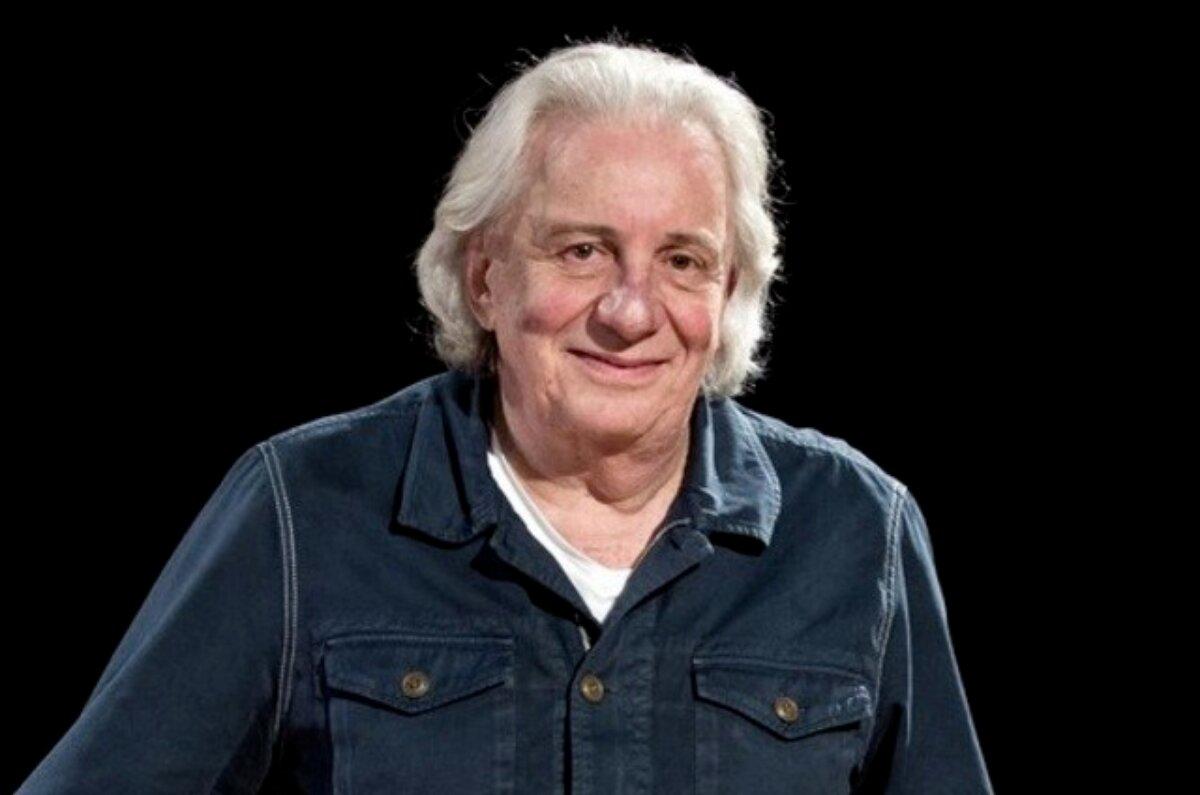 Marco Nanini de camisa jeans escura, sorrindo, de cabelos grisalhos