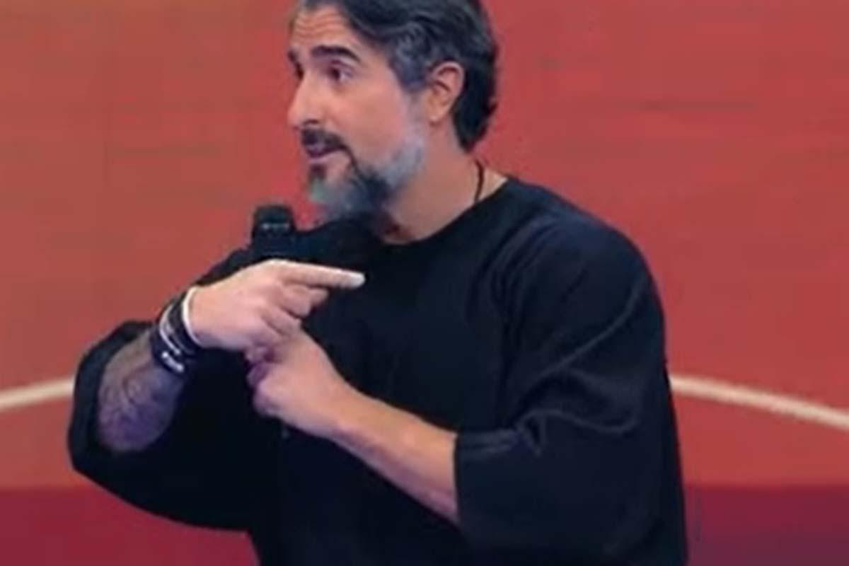 Marcos Mion apresentando o Caldeirão Com Mion