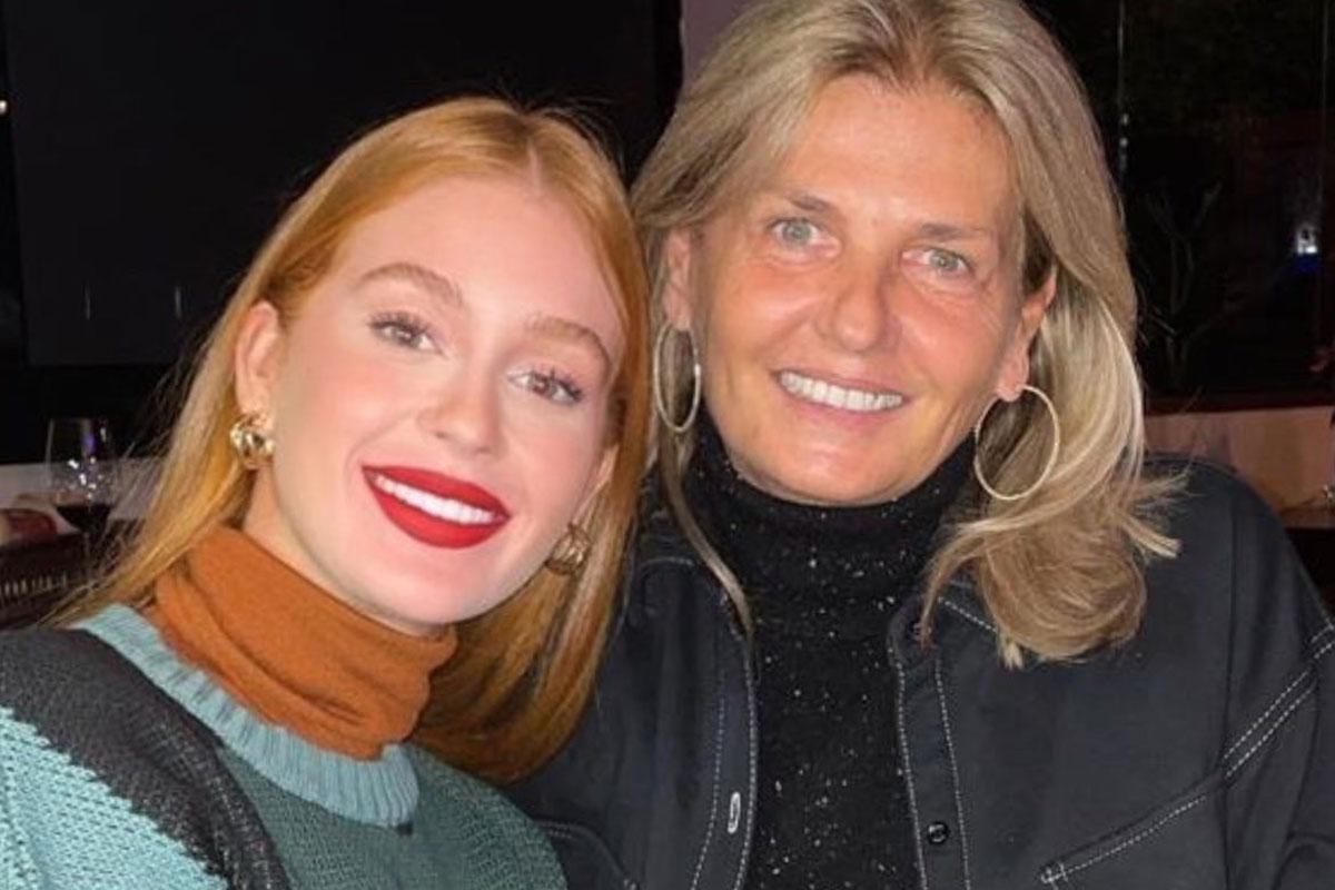 Marina Ruy Barbosa sorridente ao lado da sogra