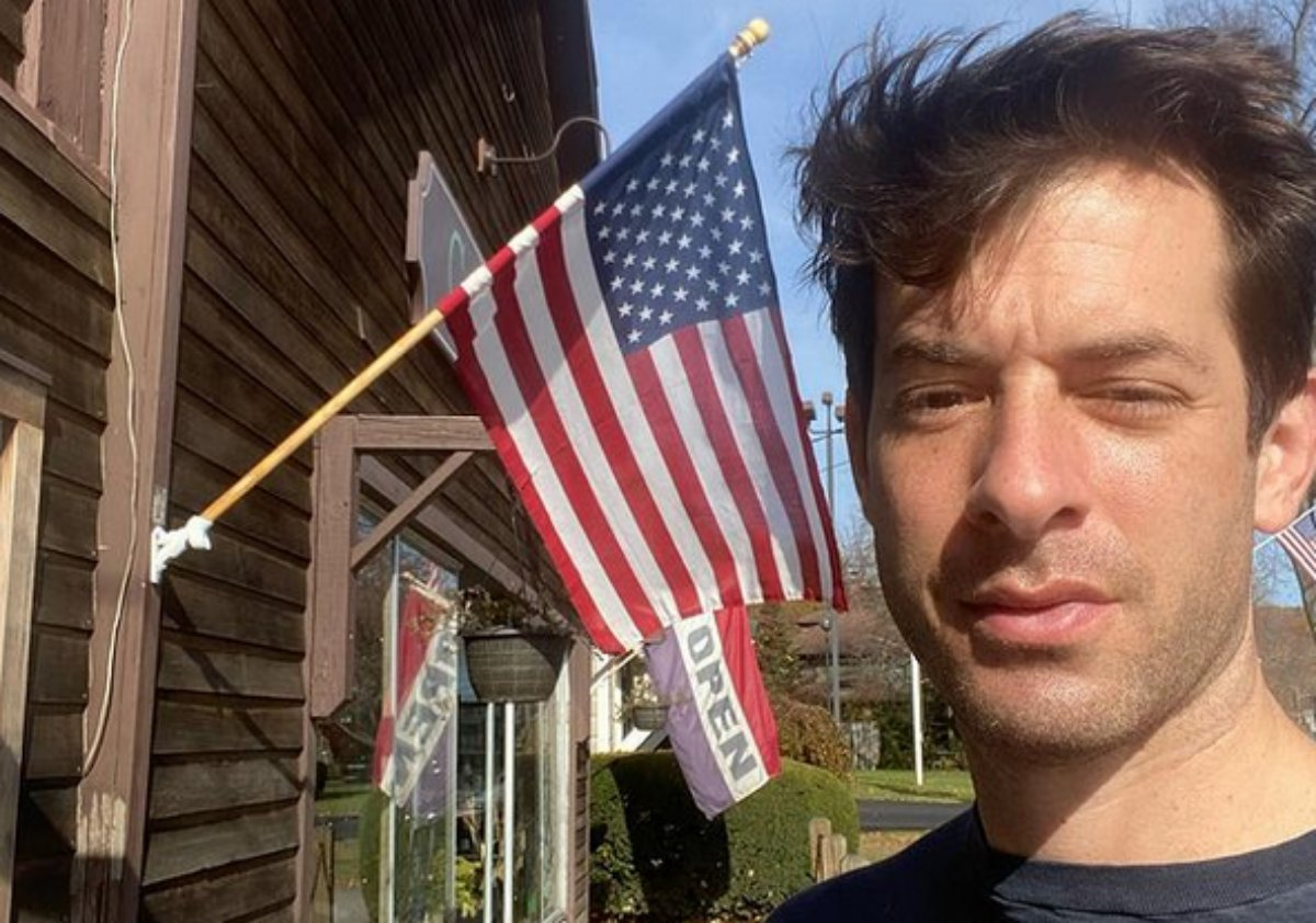 Mark Ronson em selfie com a bandeira americana de fundo