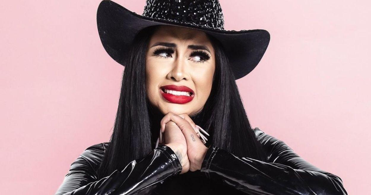 Fernanda Medrado de chapéi de caubói preto e jaqueta de couso preta, com expressão de aflita