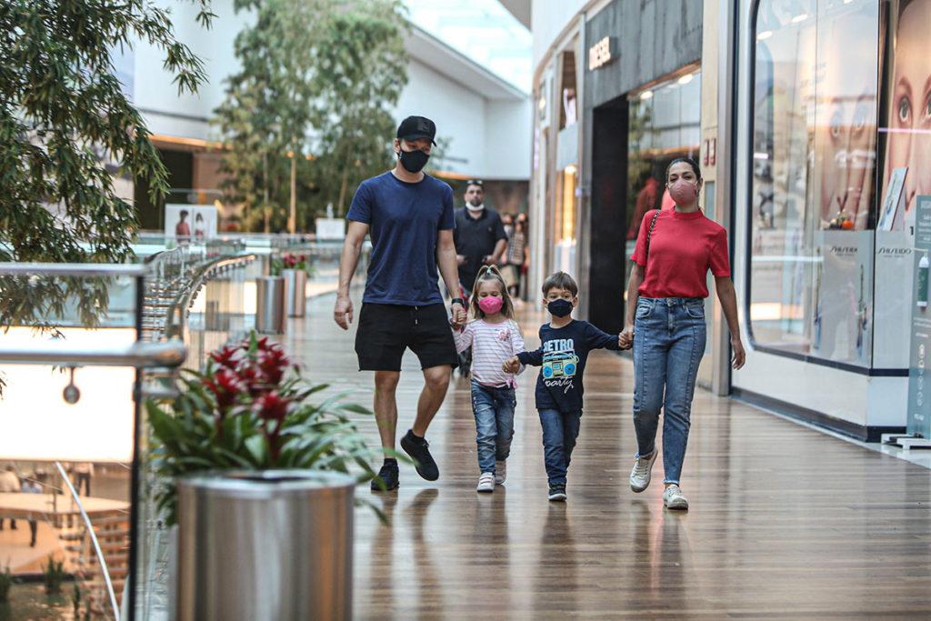 Michel Teló com Thais Fersoza e os filhos no shopping