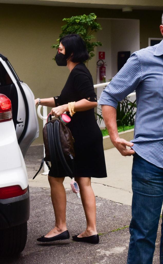Viúva de Dudu Braga chegando na missa de sétimo dia