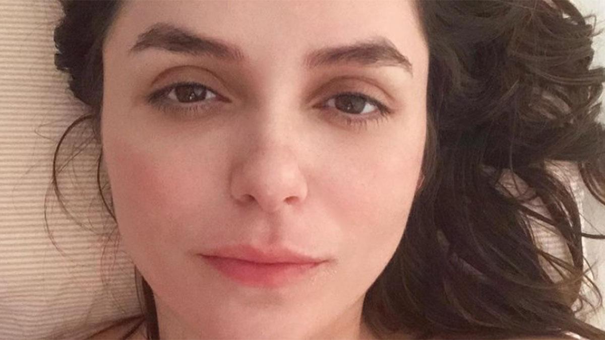 Close de Monica Iozzi deitada, sem maquiagem