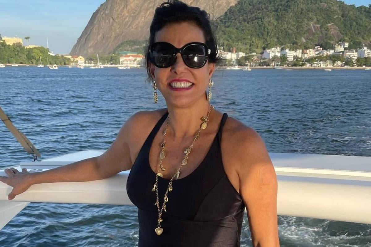 narcisa tamborindeguy passeando de barco em alto mar no rio de janeiro