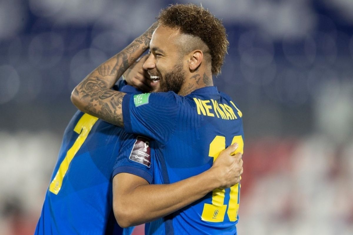 Neymar abraçando jogador da Seleção