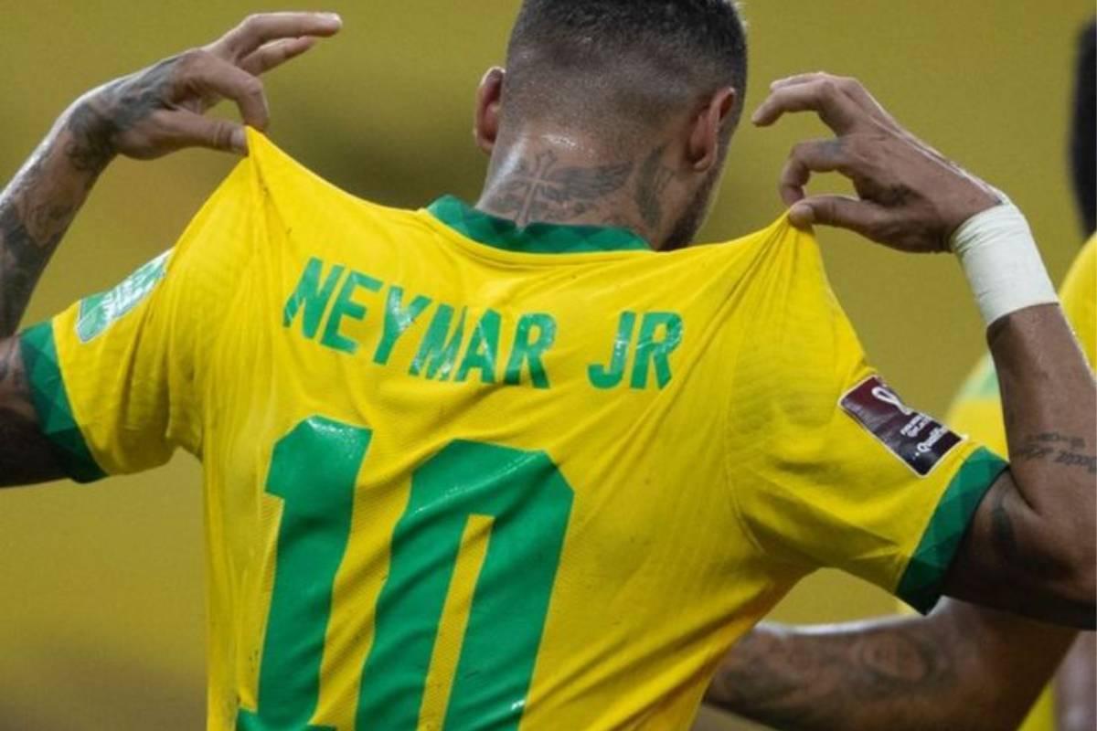 neymar mostrando seu nome na parte de trás da camiseta da seleção brasileira