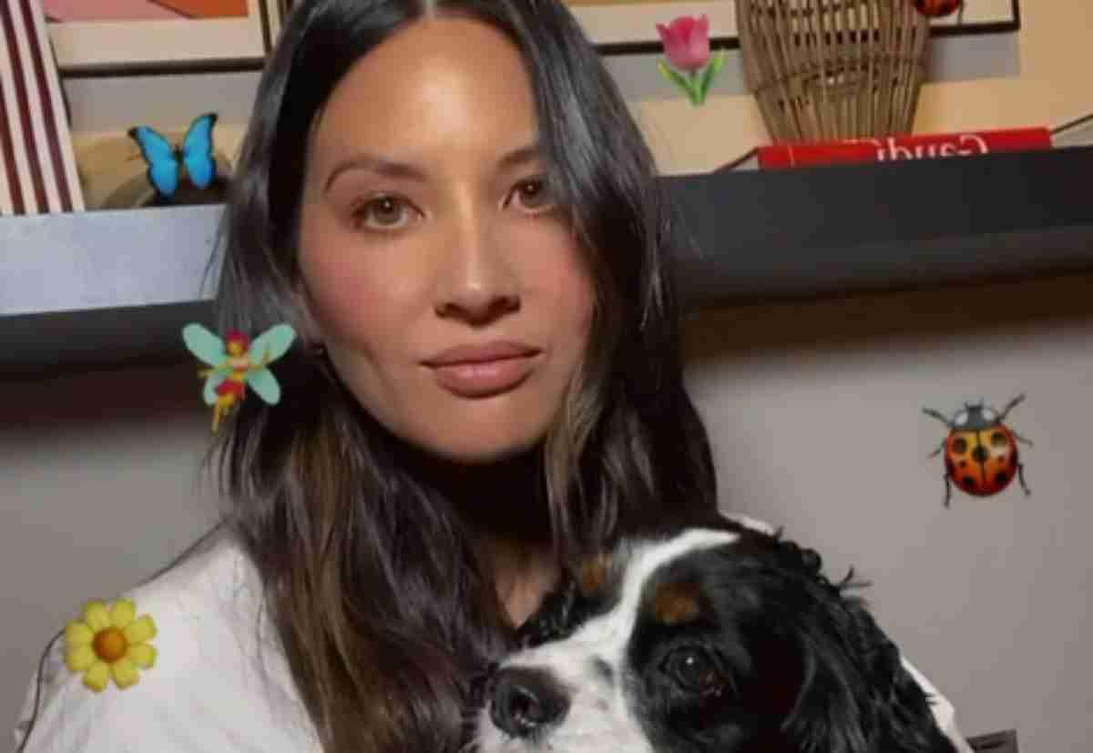 Olivia Munn em foto com seu pet