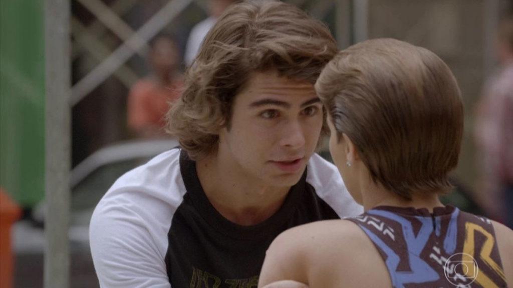 Pedro tenta convencer Karina de que sempre a amou